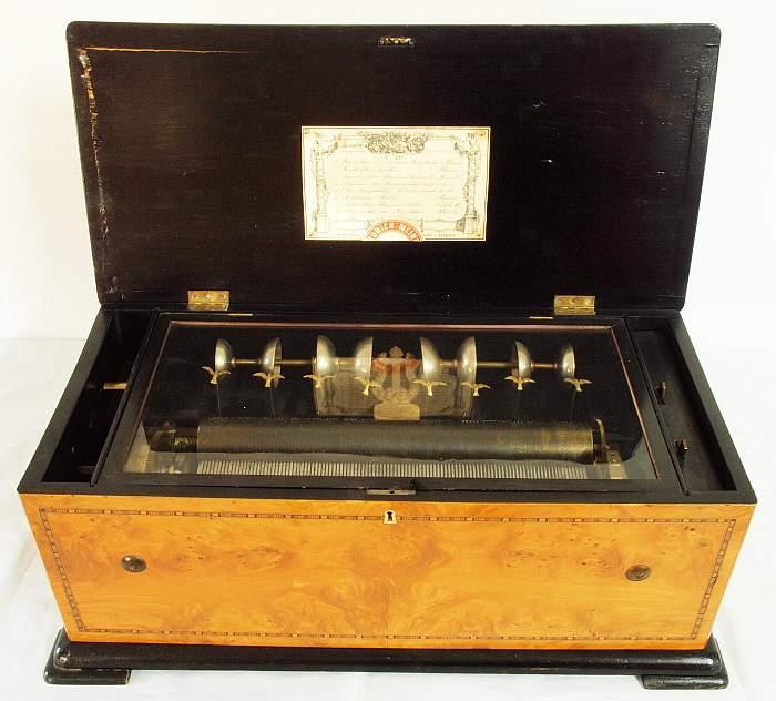 MAURICE LACROIX - Walzenspieluhr mit 6 Melodien, Korpus aus Kirsche und Nussholz, 39 x 28 x 69 x 34 cm, Schweiz Mitte 19. Jh. Mindestpreis: 2.900 EUR