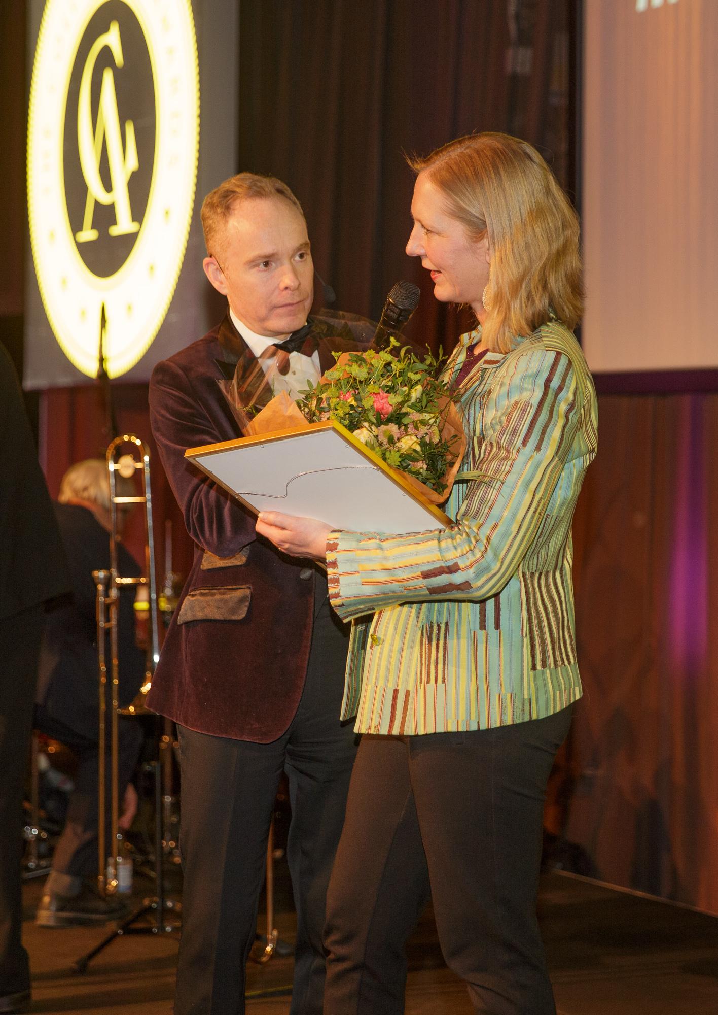 Jenny von Platen tar emot priset Årets Antikhandlare