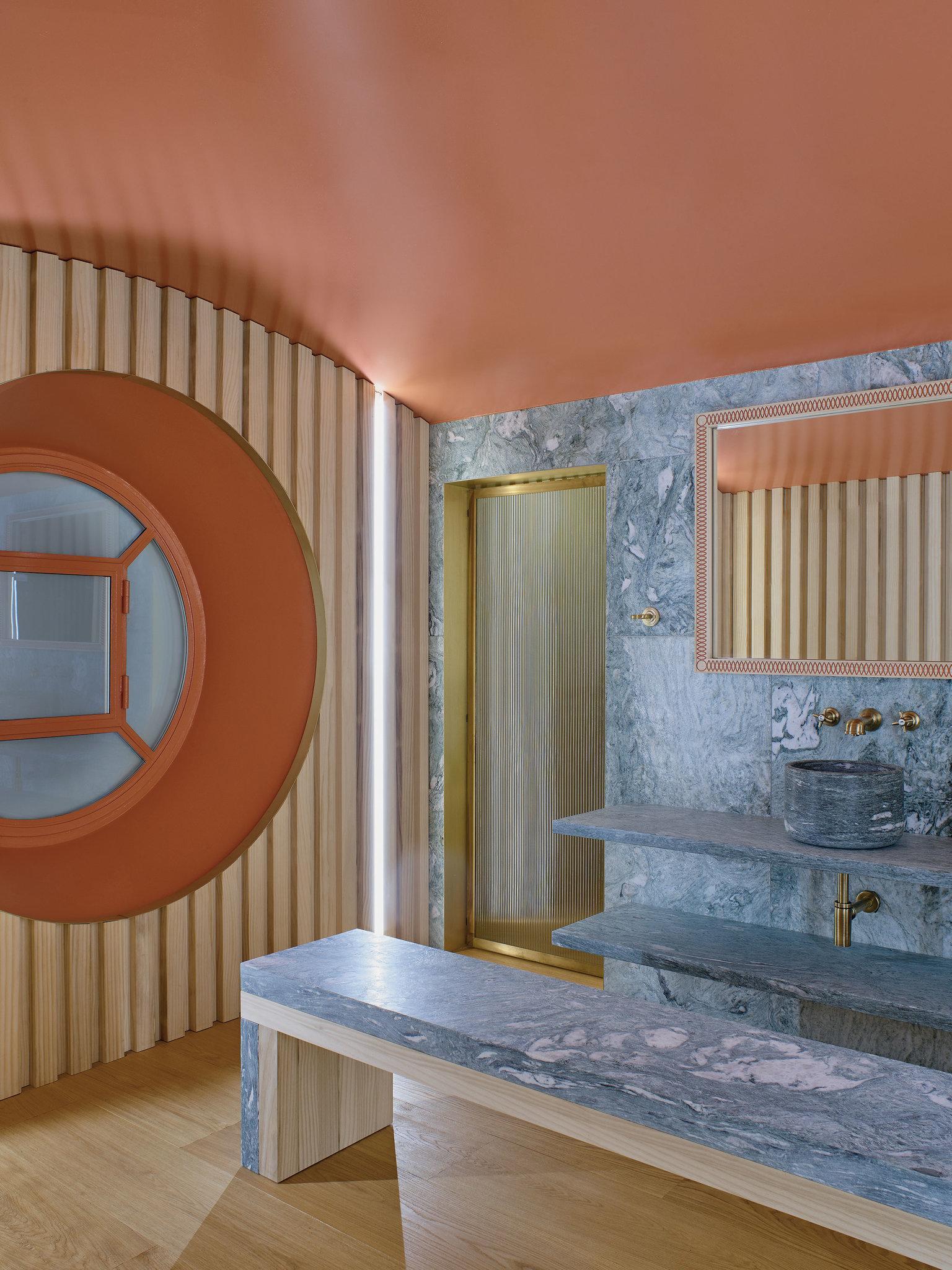 Badrummet i korall och marmor som leder till inomhuspolen, Studio Luca Guadagnino. Bild: Henry Bourne