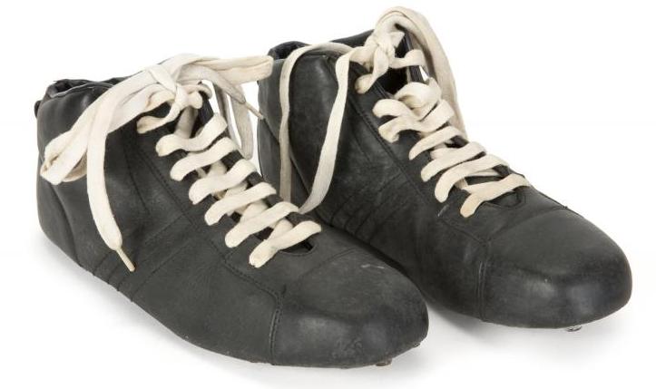 Les chaussures portés par Pelé dans le film Escape To Victory Julien's Auctions