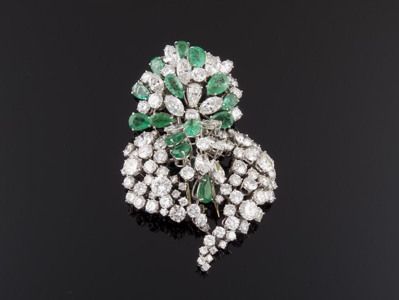 Impresionante broche realizado en oro blanco, representando ramillete floral calado, compuesto por diamantes talla brillante, marquisse y perilla e intercaladas esmeraldas talla perilla. Precio de salida: 17.200 EUR