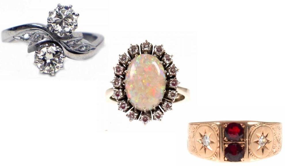 Links: WG-Ring mit Diamanten, davon 2 Brillanten Mitte: WG-Ring mit Opal-Cabochon und Brillanten Rechts: Jugendstil-Ring, GG mit Granat und Diamanten, um 1900