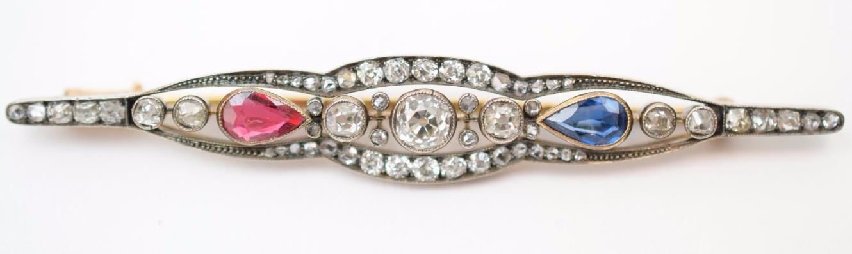 Broche fusiforme or, argent, diamants, saphirs et pierre rouge, Travail russe de la fin du XIXe siècle.