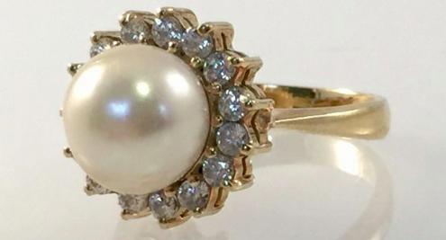 Bague en or jaune et perle de culture Adjugée 155 euros