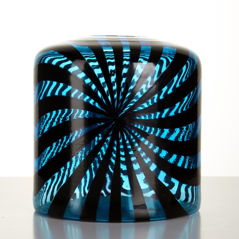 Daniela Lentilins vas, Venedig, Italien 2000, blå glasmassa med dekor i svart, signerad Daniela Lentilin Venezia 2000, höjd 16,5 cm