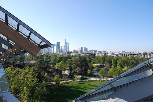 La vue de la Défense depuis l'une des terrasses de la Fondation Vuitton