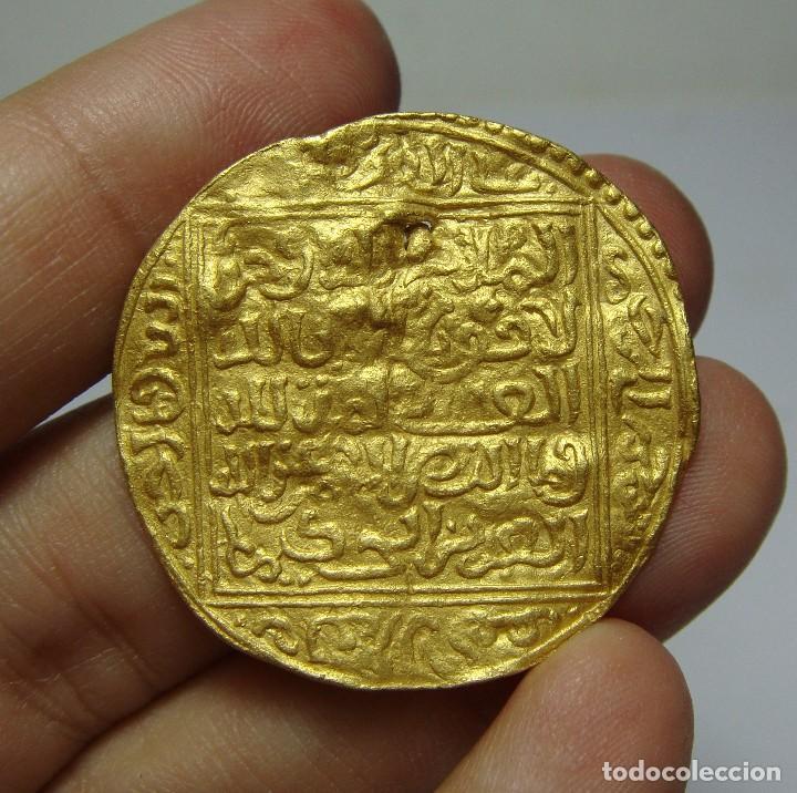 Moneda árabe en oro