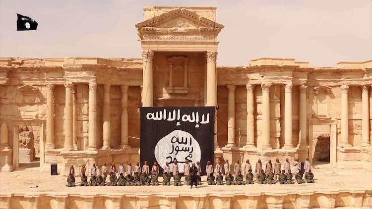 Med det antika Palmira som kuliss iscensätter ISIS en massavrättning