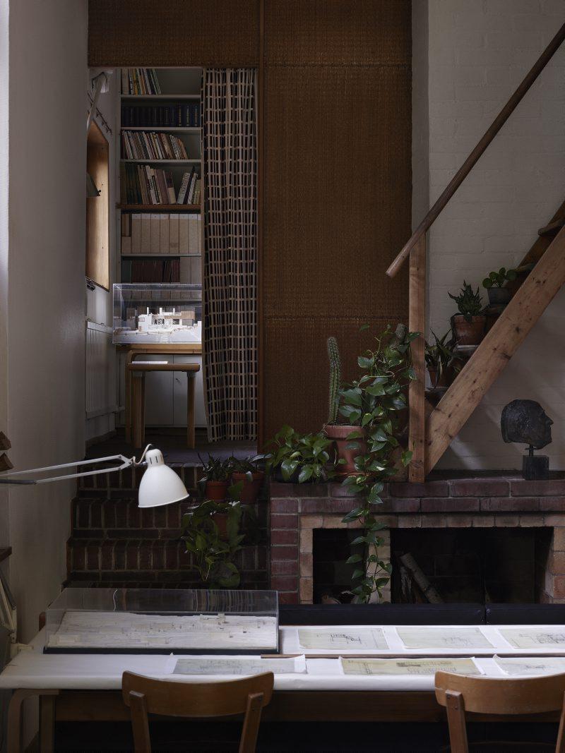 Interiörbild från Aaltos hus i Helsingfors. Foto: alvaraalto.fi.