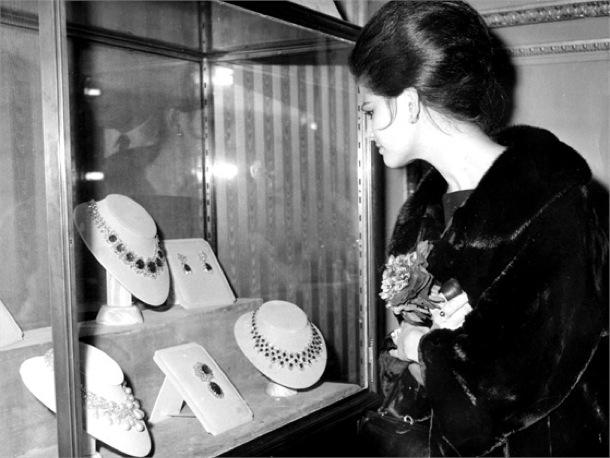 Paris le 8 novembre 1962, l'actrice Claudia Cardinale devant une vitrine Bulgari