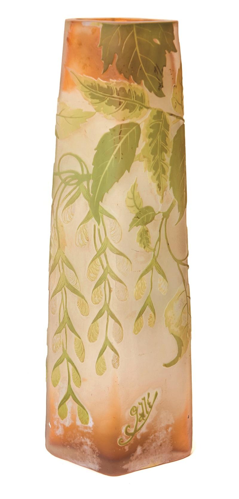 ÉMILE GALLÉ. Jarrón con glicinias Art Nouveau en vidrio polícromo grabado en camafeo. Firmado. Altura: 38 cm. (S. XX)