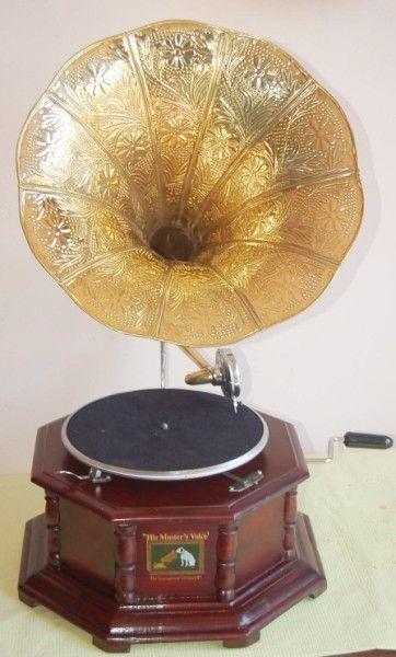 Replica d'un gramophone au micro trompette, en vente sur Catawiki