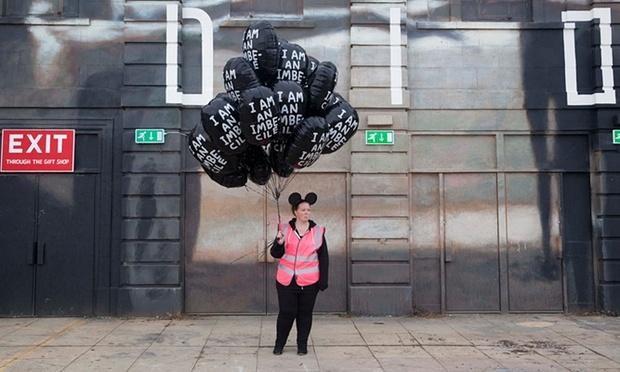 Même le staff de Dismaland est parodié Image via the Guardian