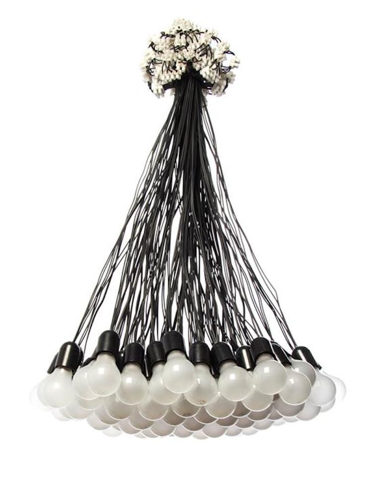 Ljuskrona sammansatt av tråd och glödlampor. Utropspris 13 000 SEK, Leslie Hindman Auctioneers