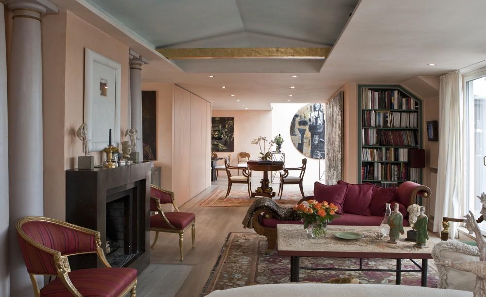 Auch in der oberen Etage dienen ionische Säulen als Dekorationselemente. Der Kamin wurde aus Porphyr gefertigt, die Sitzmöbel entsprechen dem Stil des frühen 19. Jahrhunderts