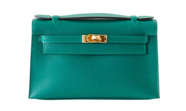Bolso Hermes Kelly Pochette en color malaquita. Precio estimado: 14.700 €