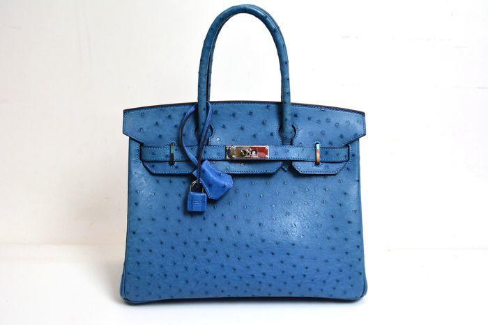 Bolso HERMÈS, modelo Birkin 30 en piel de avestruz color azul. Precio estimado: 24.500-35.500 €