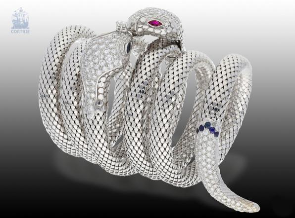 Bracciale a serpente in oro bianco, zaffiri e rubini. Foto:Cortrie