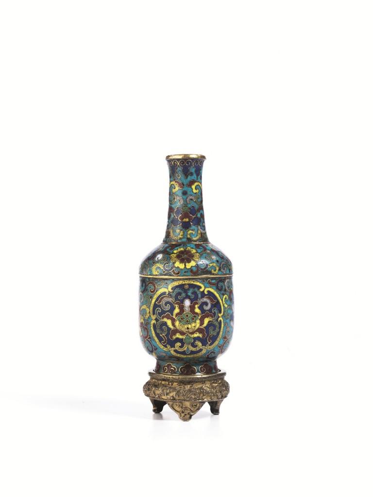 Vase mit Cloisonné-Emaille, H: 9 cm, auf Holz-Basis, H: 2 cm), China, Qing-Dynastie, Qianlong-Marke und Periode Schätzpreis: 10.000-15.000 EUR