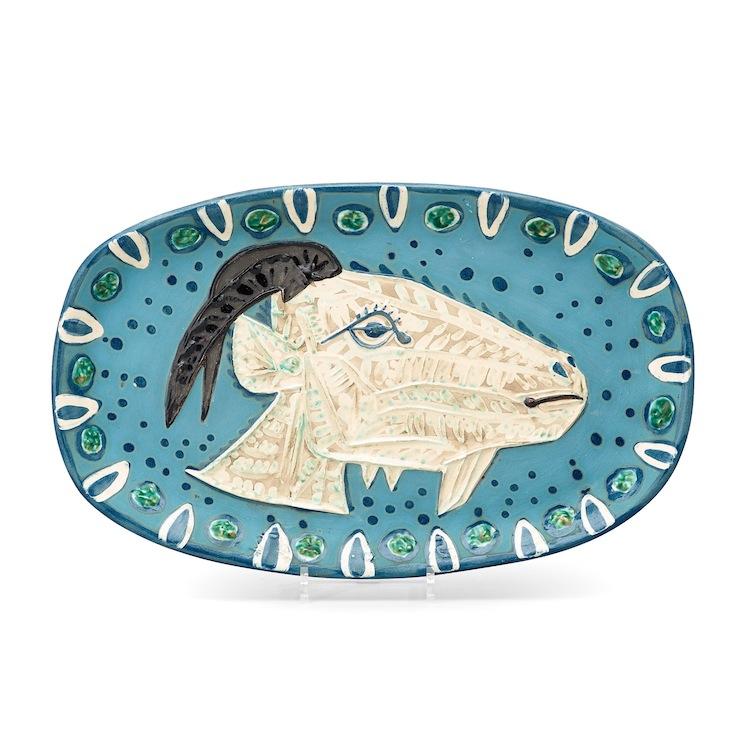 """Keramik av Pablo Picasso har de senaste åren blivit riktiga prisraketer på auktioner världen över. Bukowskis tog del av efterfrågan redan i höstas då prakturnan """"Vase gros oiseau vert"""" från 1960 kostade köparen dryga 760 000 kronor att hämta ut(utropet var 250-300 000 kronor). Det ska bli intressant att se vad det underbara fatet med titeln """"Tête de chèvre de profil"""" från 1952 landar på. Min gissning är; betydligt högre än utropet som är 80-100 000 kronor"""