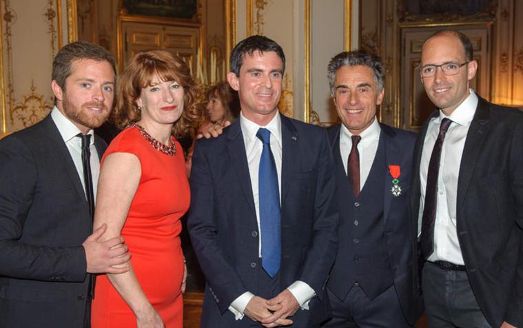 Manuel Valls entouré de Gérard Holtz, de ses fils Antoine et Julien et de sa femme Muriel Mayette-Holtz Image via Voici