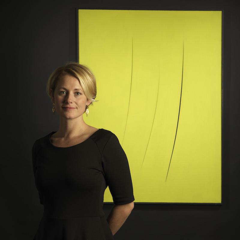 Stockholms Auktionsverks Sofie Bexhed framför en målning av Lucio Fontana, tillika ett av de högsta klubbslagen hos Stockholms Auktionsverk förra året