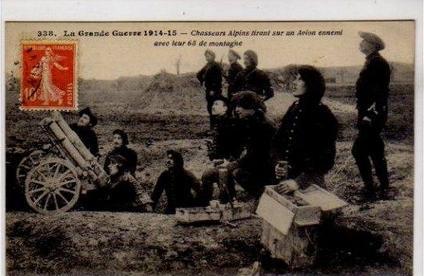 La Grande Guerre 1914/15 Chasseurs Alpins tirant sur un Avion ennemi avec leur 65 de montagne En vente chez Clément Maréchal