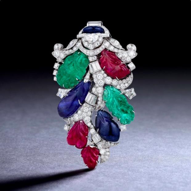 OSCAR HEYMAN Art déco-Platinbrosche mit Diamanten, Rubinen, Smaragden und Saphiren, 1930er Jahre