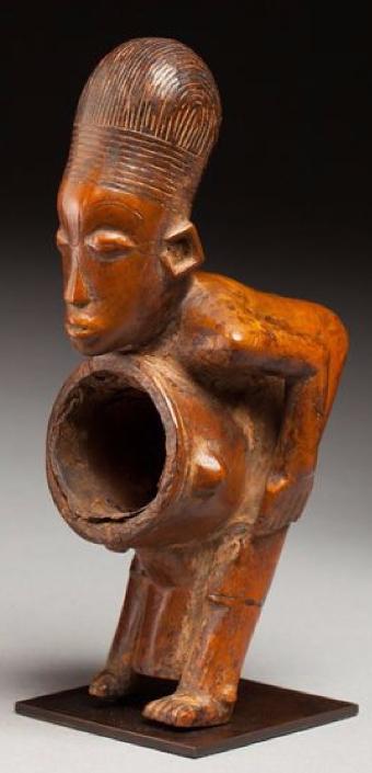 Fourreau de pipe présentant un personnage courbé Mangbetu, République démocratique du Congo Origine Auction