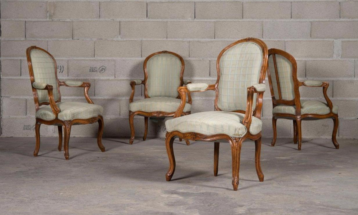 Suite de quatre fauteuils cabriolets en hêtre mouluré et sculpté de fleurettes sur le dossier et la ceinture.