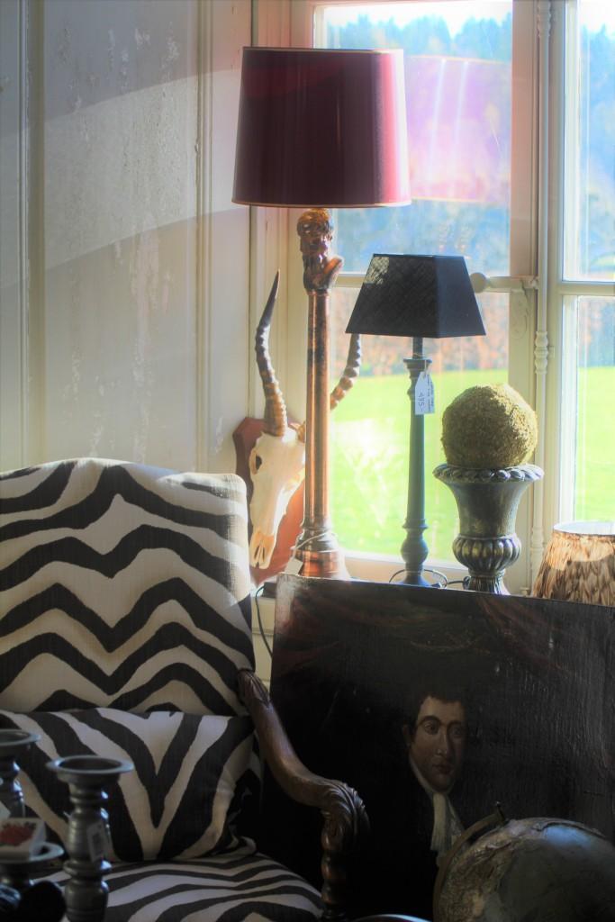 Bild från slottsbutiken på Sturehov med spännande föremål. Modernt möter nytt, läcker stol i Barockstil klädd i exotiskt tyg från Ralph Lauren