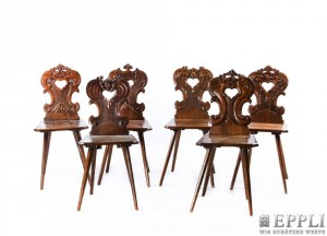Satz von 6 Brettstühlen aus massiver Eiche, H: 91 cm, alpenländisch, 3. Viertel 18. Jh. Aufrufpreis: 720 EUR