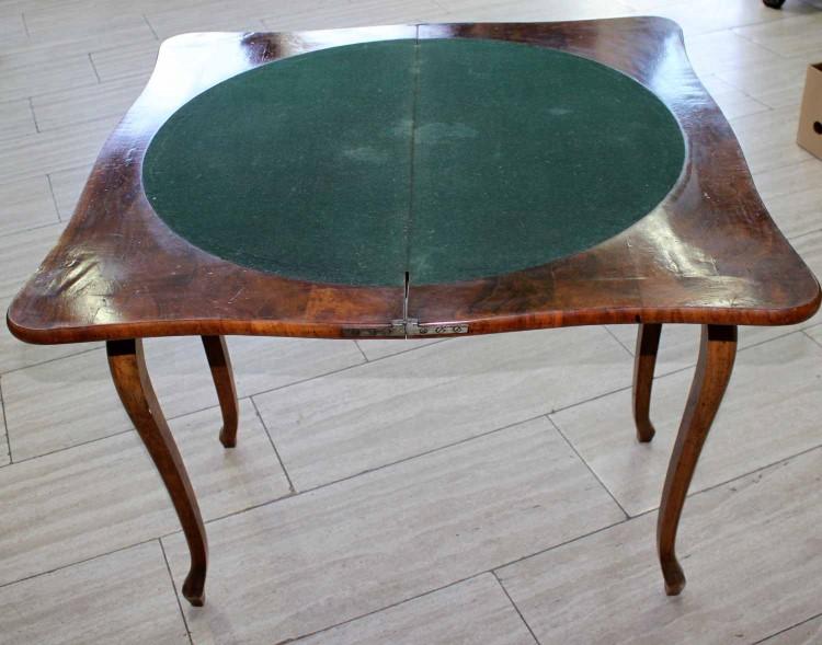 183760792 Spieltisch 19.Jhdt. wohl England. Nußbaumfarbenes Holz. Bei Kiefer. Schätzpreis: 180 EUR.