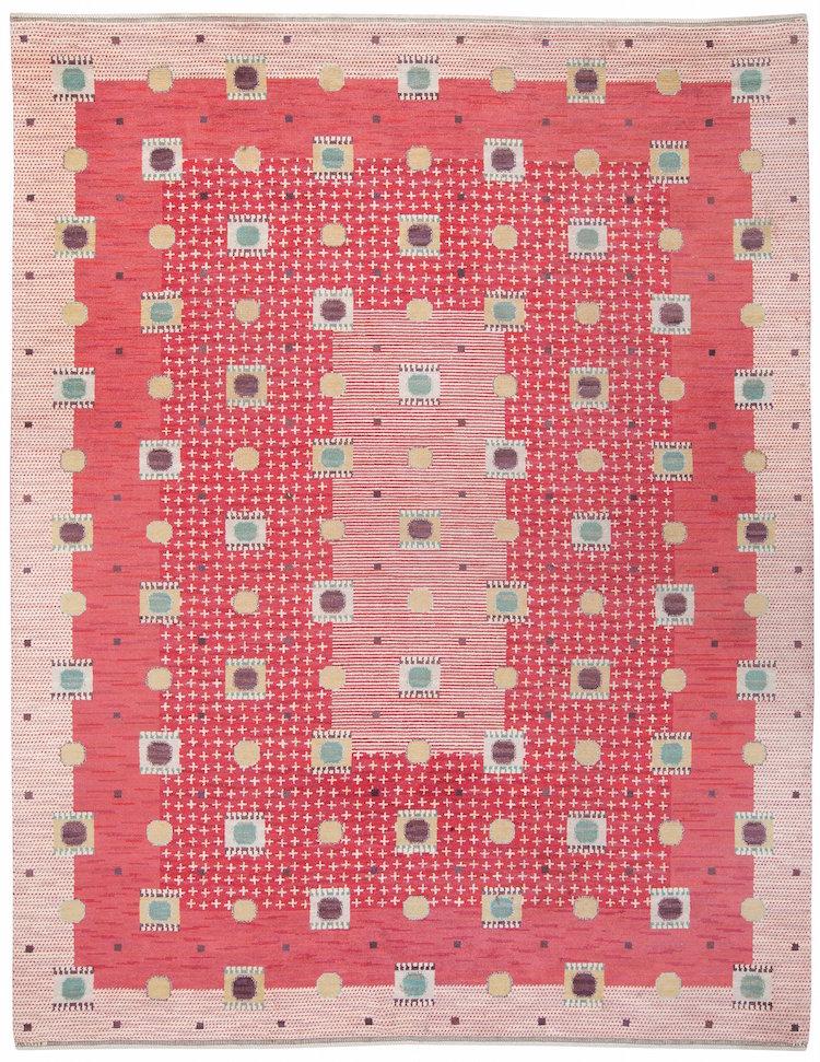 """""""Kullager, röd"""" av Märta Måås-Fjetterström är en av de imponerande textilskatter som auktionen rymmer"""