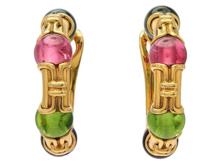 Örhängen, Bvlgari, Gancio ear hoops, 18K guld, kulor av ametist, gröna och rosa turmaliner samt blå topaser Utrop: 53 000 SEK Kaplans Auktioner