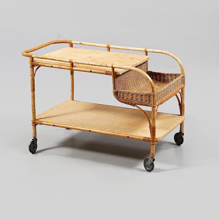 En av de senaste årens trendigaste möbler har varit serveringsvagnen. Det här fina exemplaret är förstås Josef Frank för Svenskt Tenn. Serveringsvagnen är tillverkad vid 1900-talets mitt och utropet är 4 000 kronor på Bukowskis Market
