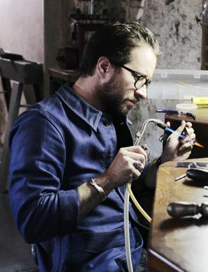 Benoit dans son atelier parisien Image via benoitjoaillier.com