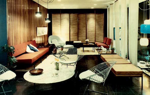 Skyltning med möbler formgivna av bland annat Harry Bertoia och Rafael Garcia, cirka 1965.