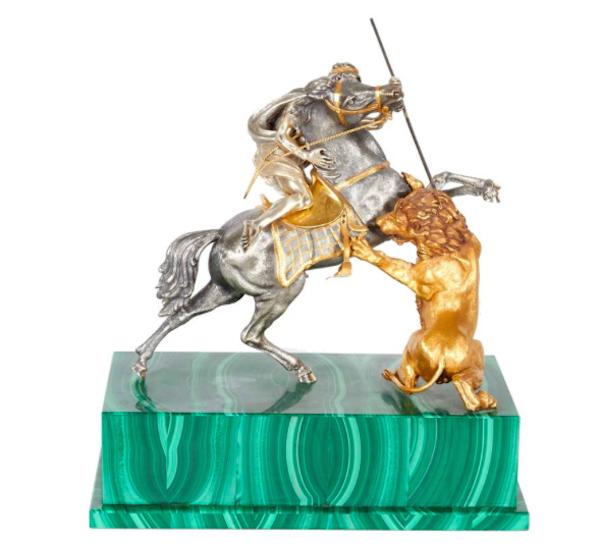 En el anticuario Solomon Treasure de Nueva York se encuentra esta escultura italiana en plata y malaquita. Precio estimado: 22.400 €