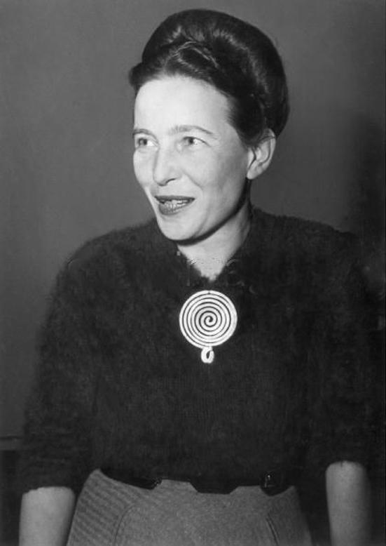Simone de Beauvoir portant une broche Calder, Paris, 1955, image via Pinterest