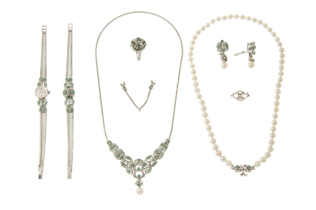 """Schmuckensemble """"Patent"""" (2 Colliers, Damenuhr, Armband, Ring, Paar Ohrclips) aus Weißgold mit Perlen, Smaragden und Brillanten Ausruf: 4.000 EUR"""