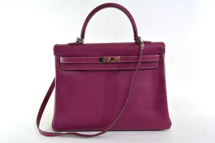 Bolso HERMÈS, modelo Kelly en cuero de color violeta. Precio estimado: 10.000-14.500 €