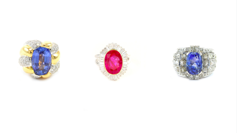À gauche : Bague en or jaune, diamants et saphir naturel estimé à 20/25 000 euros. Au centre : Bague Daisy en or jaune et blanc, rubis birman naturel et diamants estimés entre 32 et 36 000 euros. À droite : Bague en platine, diamants et saphir estimée à 5/6 000 euros.