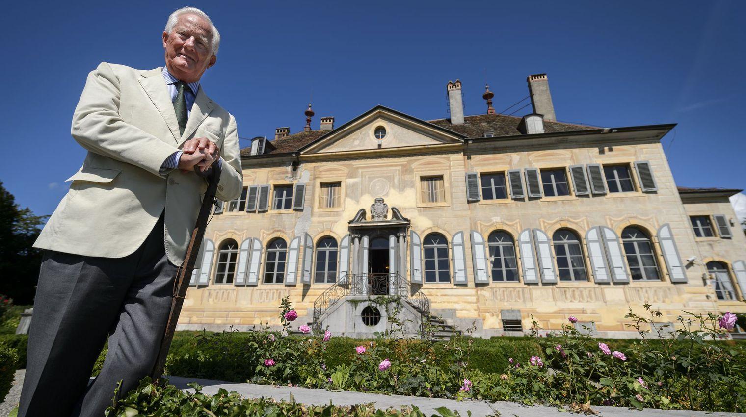 Philippe Grand d''Hauteville devant le château de sa famille à Saint-Légier, près de Vevey, en Suisse, le 25 août 2015 Photo Fabrice Coffrini/AFP