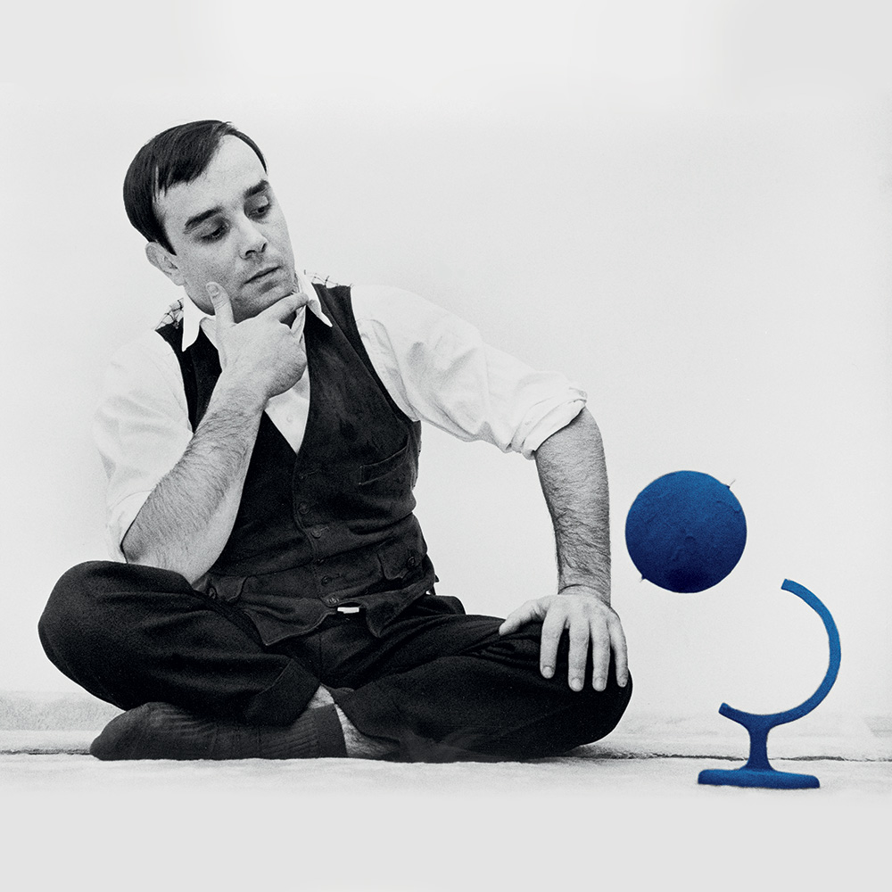 "Yves Klein et le ""Globe Terrestre Bleu"", (RP7), 1961 © Yves Klein, ADAGP, Paris, 2015  © Photo Harry Shunk and John Kender  © J.Paul Getty Trust. The Getty Research Institute, Los Angeles"