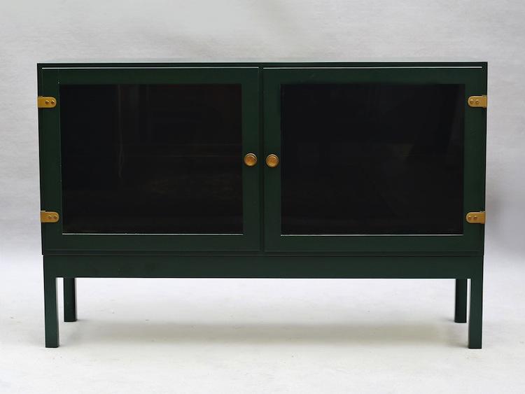 Ett par grönlackerade sideboard/skåp som troligen troligen är tillverkade av Karl Andersson och söner. Utrop 1 500 kronor på Auktionskammaren i Vätterbygden
