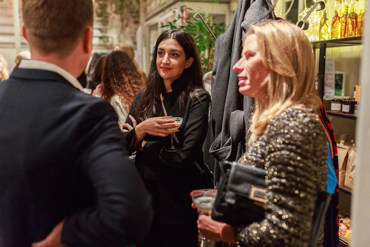 Parisa Amiri i samspråk med Ebba Bozorgnia