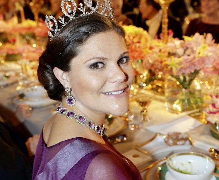 Världens vackraste prinsessa! Prinsessan Sibyllas diadem tillverkades 1904 av brittiska hovjuveleraren Garrards. En bröllopsgåva till kungens farmor kronprinsessan Margaretha. Detta var det första av kungahusets smycken som drottningen bar, dagen före sin bröllopsdag. Smycket är gjort av briljanter och utformade som fem blomsterkransar. I vardera krans sitter en diamantkläpp och mellan varje krans sitter en diamantrosett med en blomma. Foto: Jonas Ekströmer / TT /