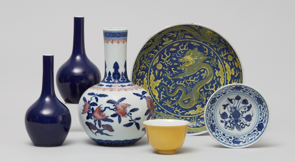 Das ganz links abgebildete Vasenpaar mit blauer Glasur war einem Bieter aus China 359.600 Euro wert. Auch die mittig abgebildete Flaschenvase enttäuschte mit einem Ergebnis von 347.200 Euro nicht.