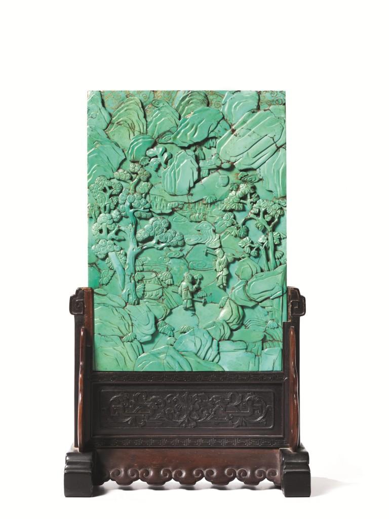 Platte aus Türkis, Relief mit Landschaftsdarstellung, Bauern, Fledermäusen und Wolken, H: 23,5 cm, auf Holzgestell, H: 34 cm, China, Qing-Dynastie, um 1800 Schätzpreis: 6.000-8.000 EUR